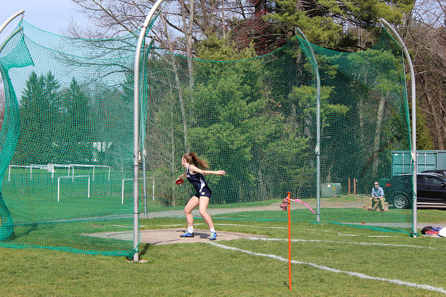 Gates+throwing+the+discus+in+a+2018+meet.